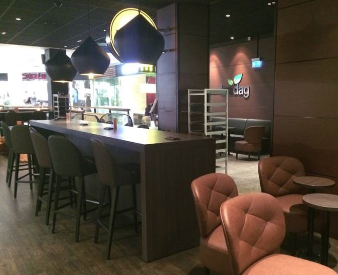 Café Bra Dag sisäverhoukset tummilla teknisillä viiluilla.