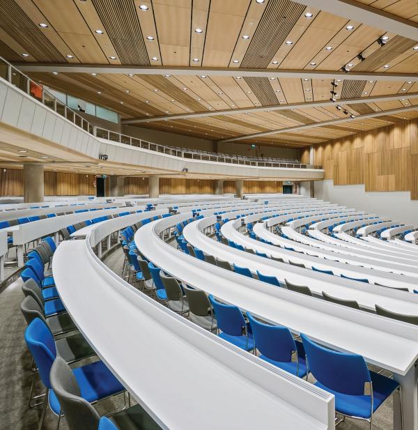 Saga Congress Centerissä onPuucompin  valkotammirimoista koottuja akustisia ja palosuojattuja kattoelementtejä.