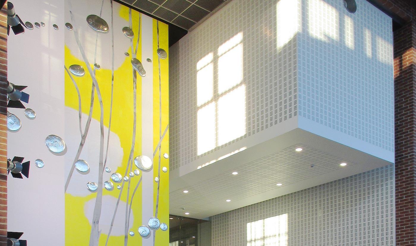 Puucompin puuviilulevyille maalattu taideteos Malmin sairaalassa.