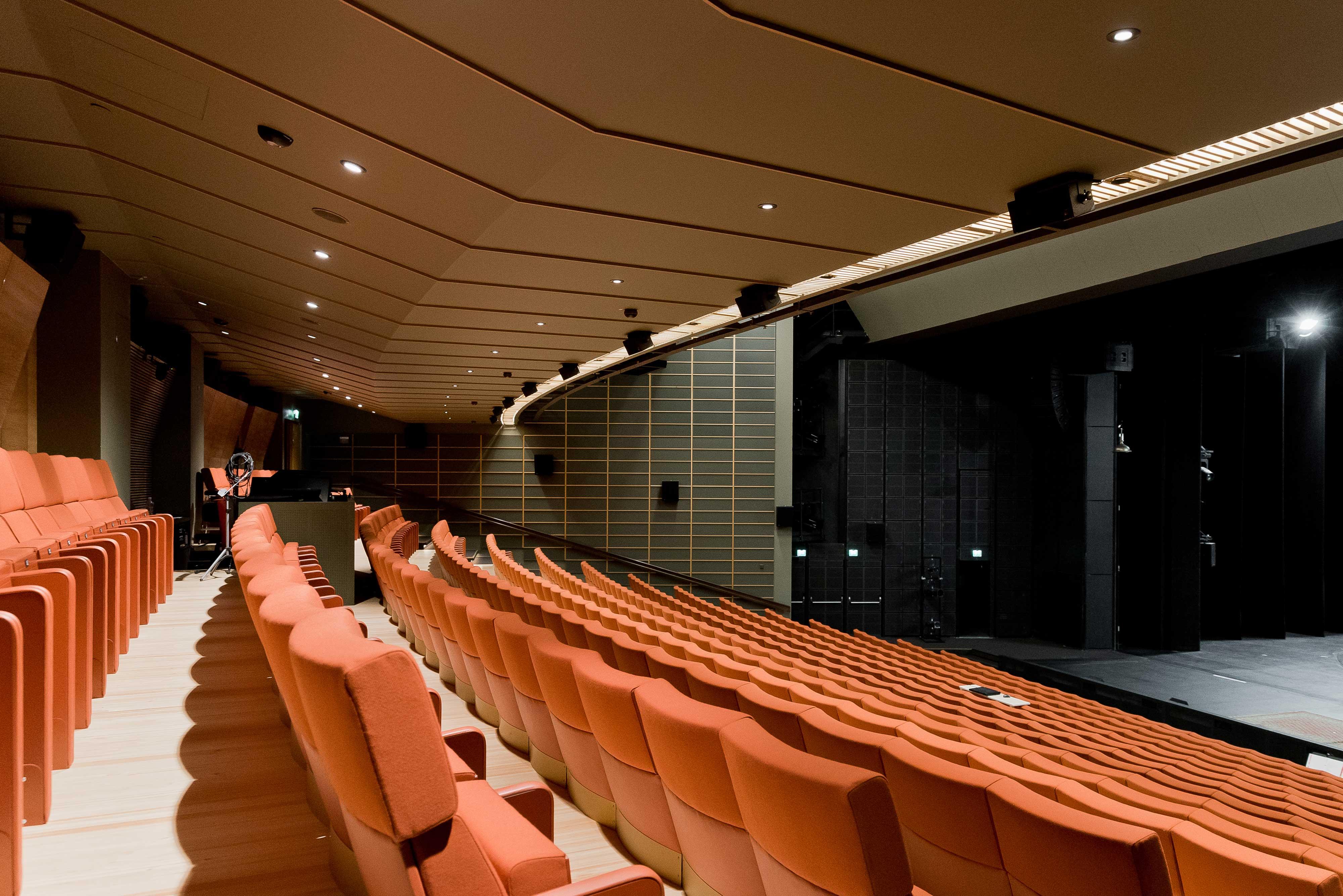 Turun kaupunginteatterin sisäverhoukset nykyaikaistettiin, mutta vanhasta tyylistä pidettiin kiinni.