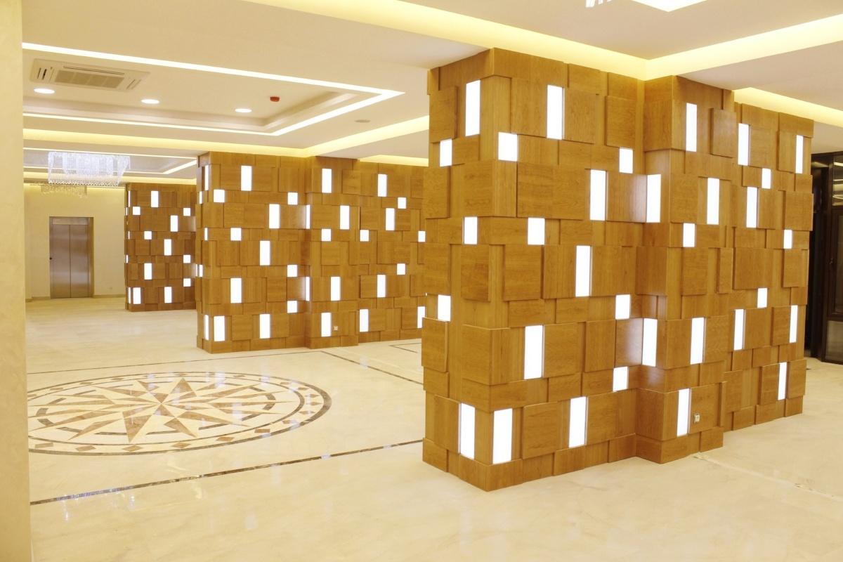 Puucomp-sisäverhouslevyistä ja valoista koottu sisäverhouksen erikoisratkaisu.