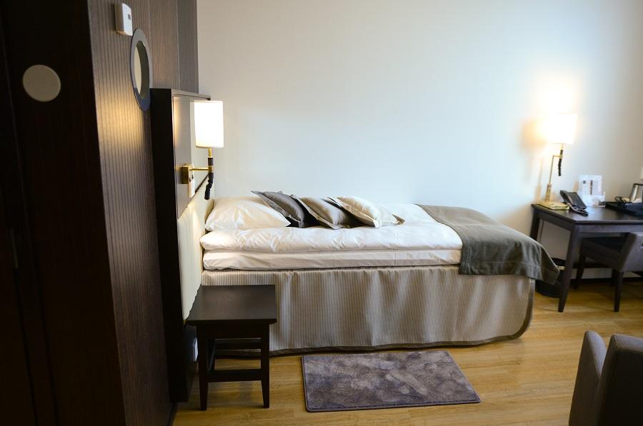 Puucomp tammiviilulevyt mustaksi petsattuna hotellihuoneessa.